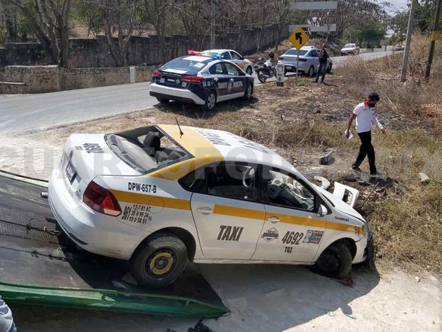 Vuelca taxi y deja cinco heridos