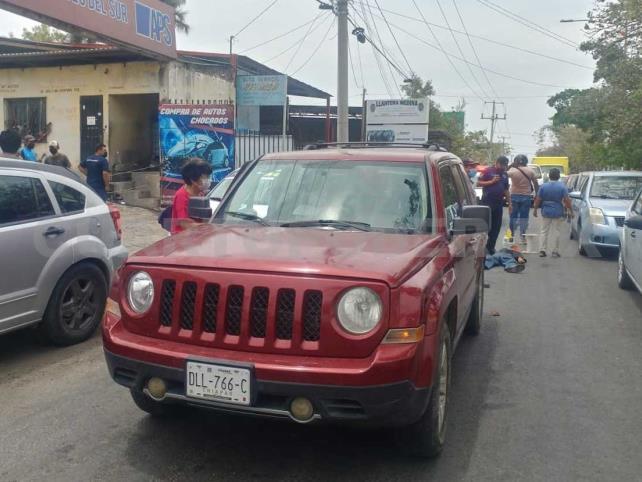 Camioneta impacta a vendedor de refresco