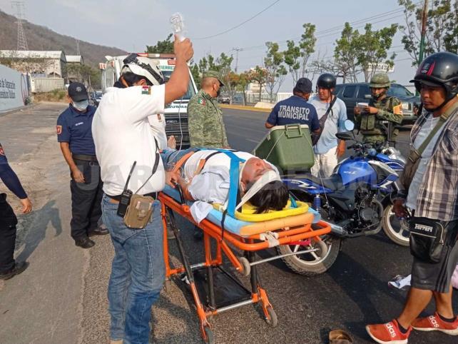 Motociclista se estrella en camión del Ejército