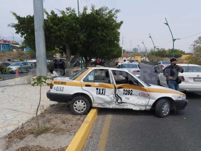 Fuerte accidente entre dos taxis en el libramiento