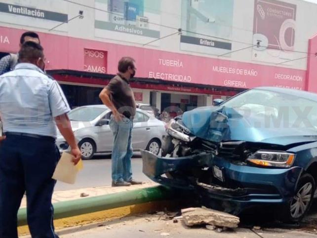 Destruye su carro al  impactar contra poste
