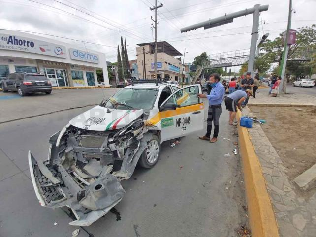 Tres lesionados en choque de taxi y auto particular