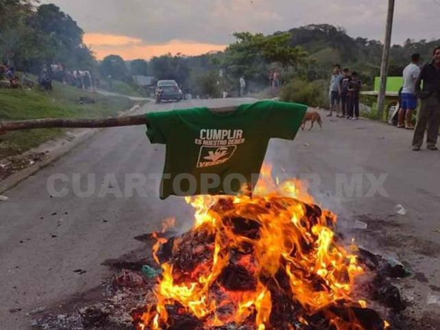 Indígenas interceptan camión con propaganda del PVEM