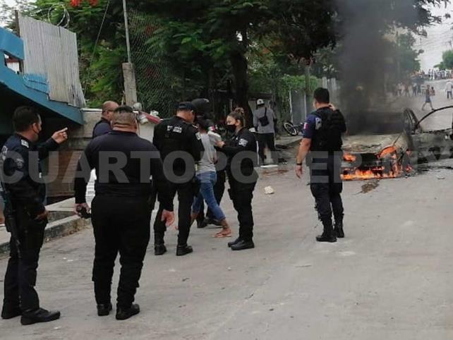 Cuatro heridos y dos autos incendiados en violenta riña