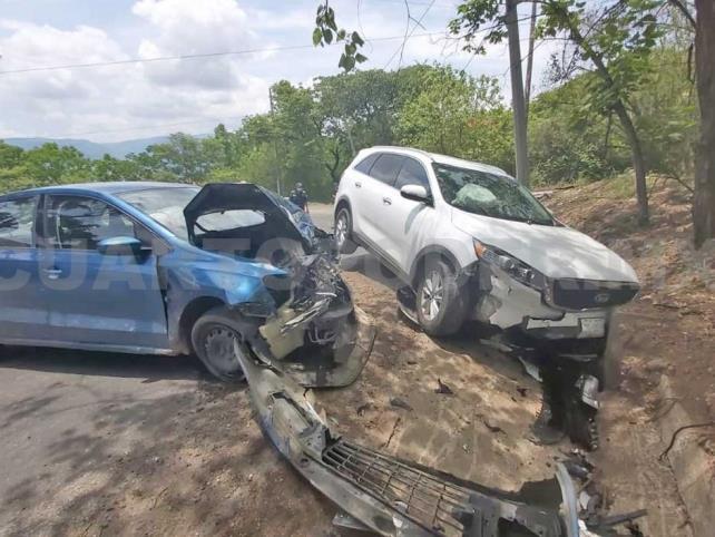 Invade carril y se estrella contra auto; un lesionado