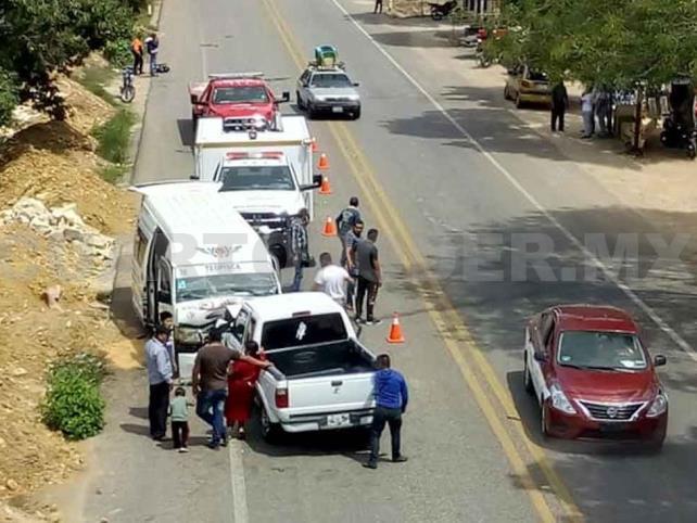 Carreterazo entre combi y Pick up; 10 lesionados