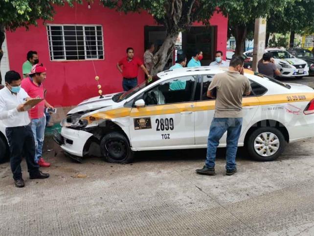 Taxistas provocan carambola; dos lesionadas