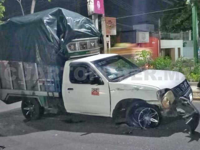 Camioneta destruye Spark al circular en un bulevar