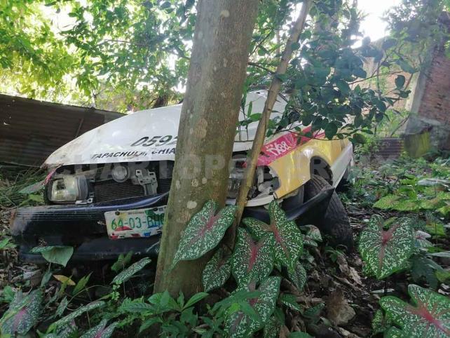 Taxi se sale de carretera e impacta contra árbol