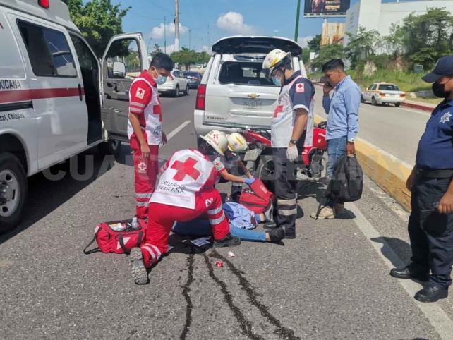 Se estrella contra una camioneta aparcada