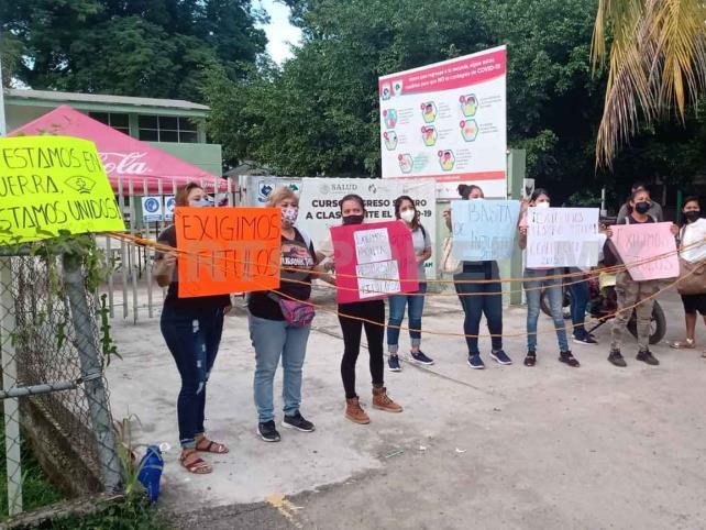 Egresados de enfermería protestan por falta de títulos