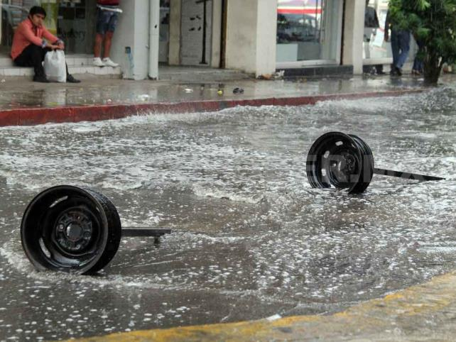 Común el arrastre de vehículos por lluvias