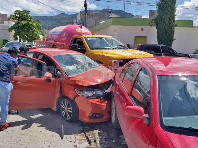 Una mujer queda lesionada en carambola vehicular