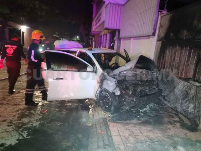 Arrojan bomba molotov a automóvil y se incendia