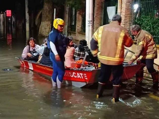 Por inundaciones evacuan viviendas