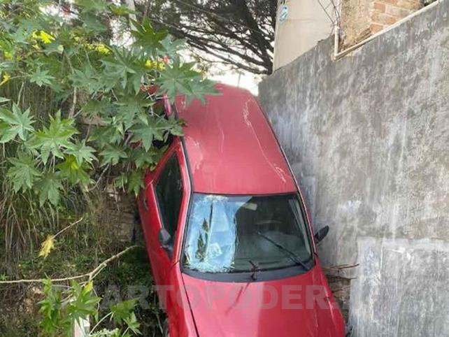 Cae vehículo de aparcadero a un domicilio