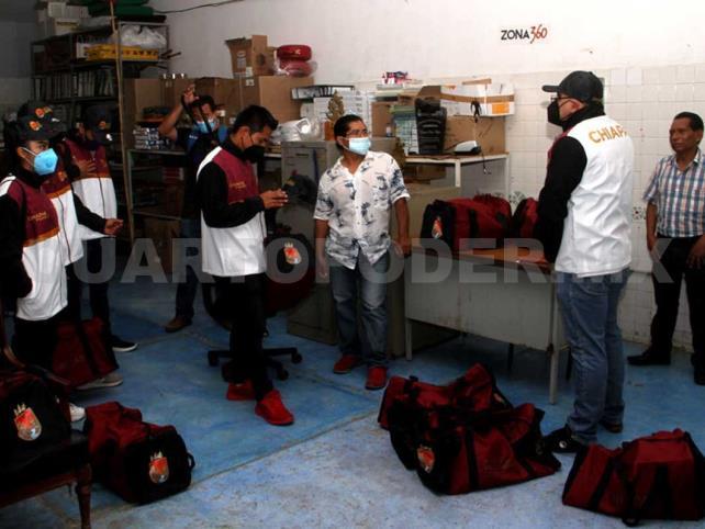 Entregan uniformes a entrenadores de Wushu
