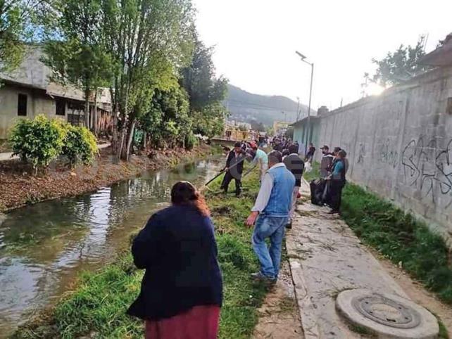 Colonos realizan campaña de limpieza en calles
