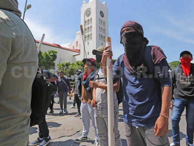 Normalistas protagonizan violenta protesta