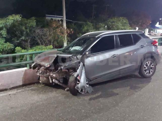 Camioneta se estrella en barra de contención